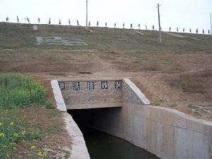 侧槽式溢洪道特点与适用范围