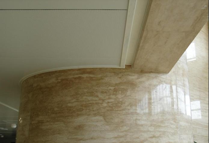 23铝板封口压边条与弧形墙面连接紧密牢固