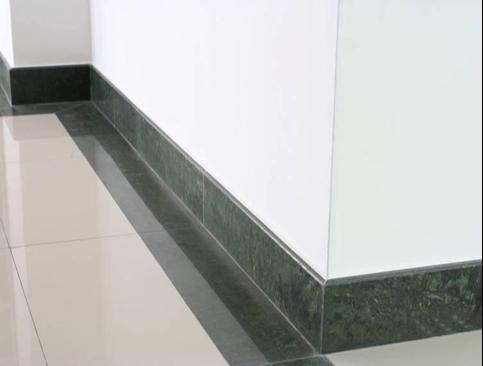 72不同颜色地面与墙面不得在阴阳角处交接,翻至墙上 3-5cm,楼梯踏步踢脚应根据施工翻样图定型加工