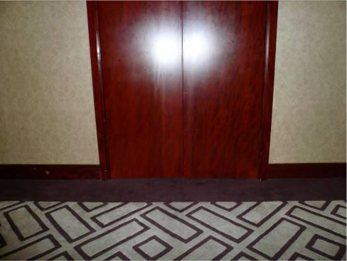 76地毯周边应压入踢脚线,地毯拼缝处不应露底衬
