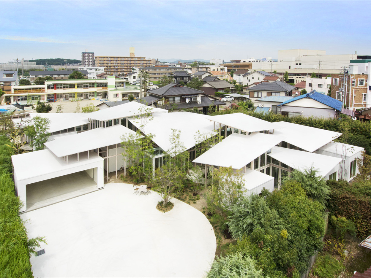 日本被树篱包围的住宅