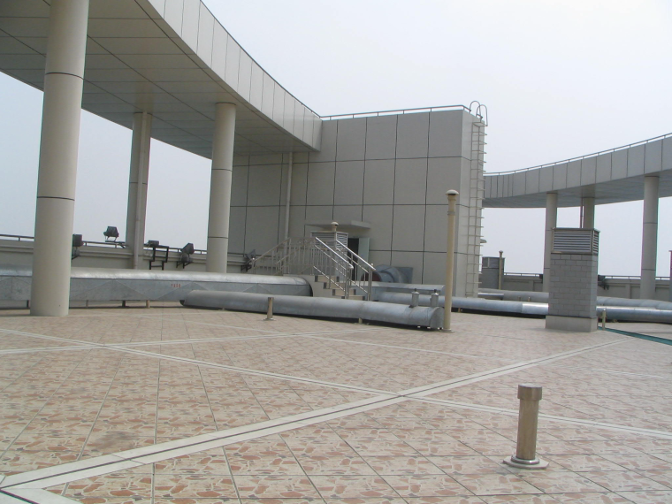 06屋面平整、线条通顺,分格均匀,排气道、透气孔、屋面管道等细部处理精细,整体观感效果好