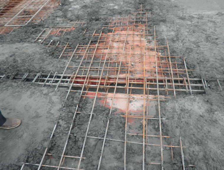 钢筋工程施工技术交底培训讲义PPT(图文)-56浇筑砼时板负踩踏严重