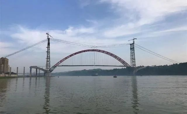世界最大跨径飞燕式钢管混凝土系杆拱桥合龙