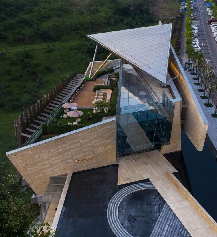 依山而建,沿崖而上的雕塑式建筑