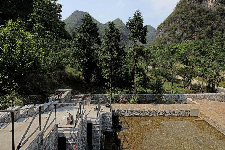 由建筑屋顶北望水塘,山中雨水可由水渠汇入池塘(拍摄:张广源)
