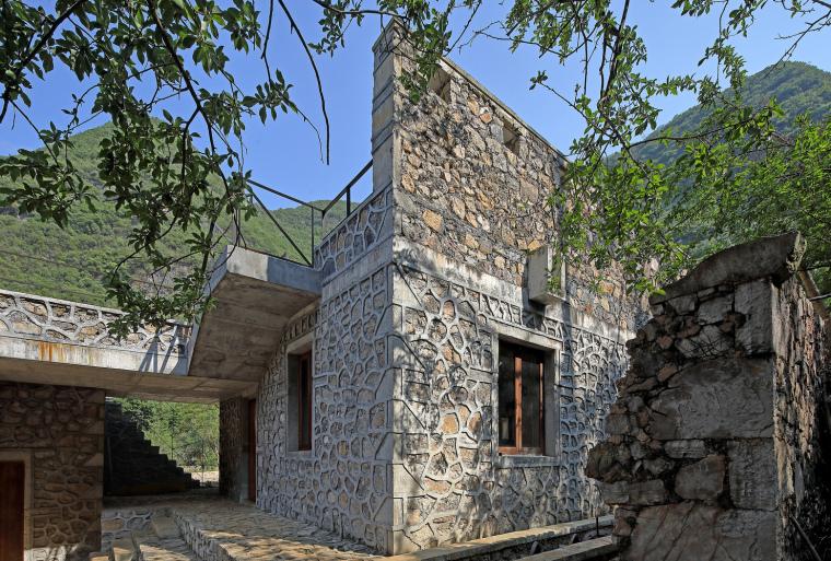 中部庭院看向南院正房,南院残留的老墙与新墙并置(拍摄:张广源)
