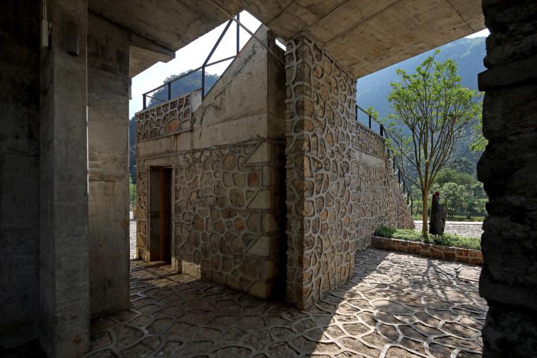 中部檐廊,建筑的厚重创造了荫蔽并与强大的自然相融(拍摄:张广源)