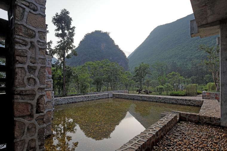 场地北侧水塘,从山泉及降雨获取水源,并分担泄洪压力(拍摄:张广源)