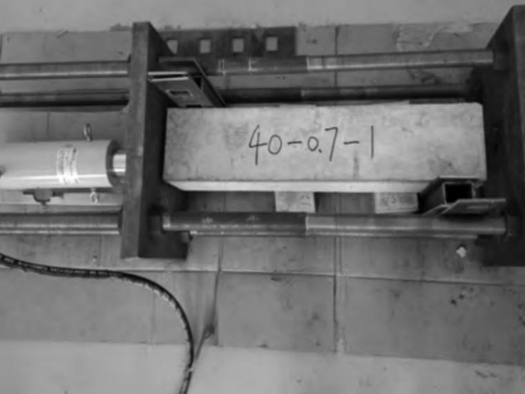 预制混凝土构件钢筋螺旋插筋连接试验研究-图 6 加载中的试件