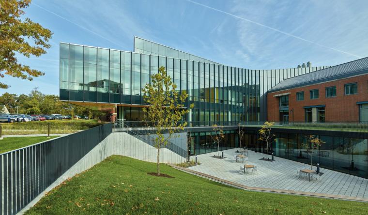 美国韦伯斯特大学布朗宁厅跨科学大楼外部实景图