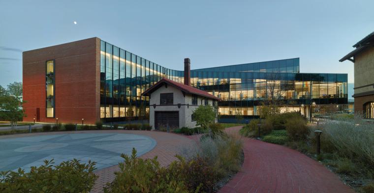 美国韦伯斯特大学布朗宁厅跨科学大楼外部实景图9