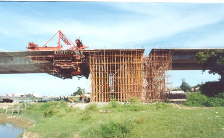 桥梁工程施工技术分类介绍(116页)-合拢前使用临时支架示例