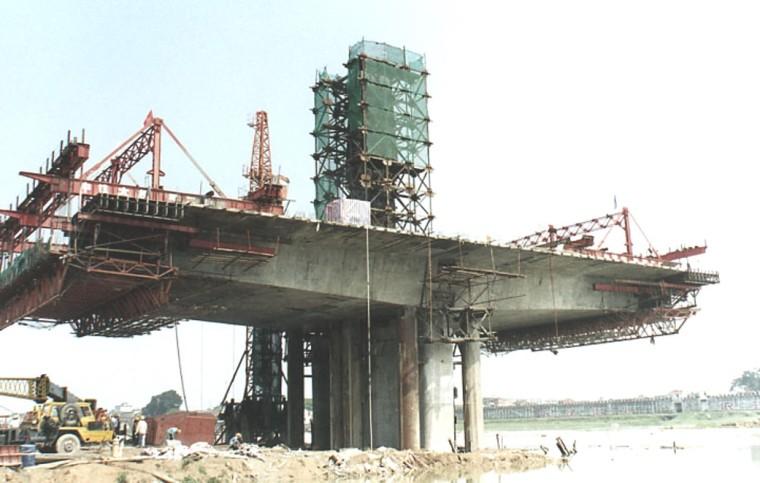桥梁工程施工技术分类介绍(116页)-挂篮施工现场