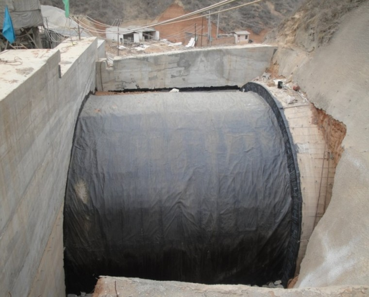 """隧道渗漏水的成因、预防与治理-采用""""三油两毡""""加强明洞防水"""