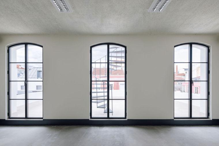 葡萄牙旧的四层锡工厂改建办公空间室内实景图8