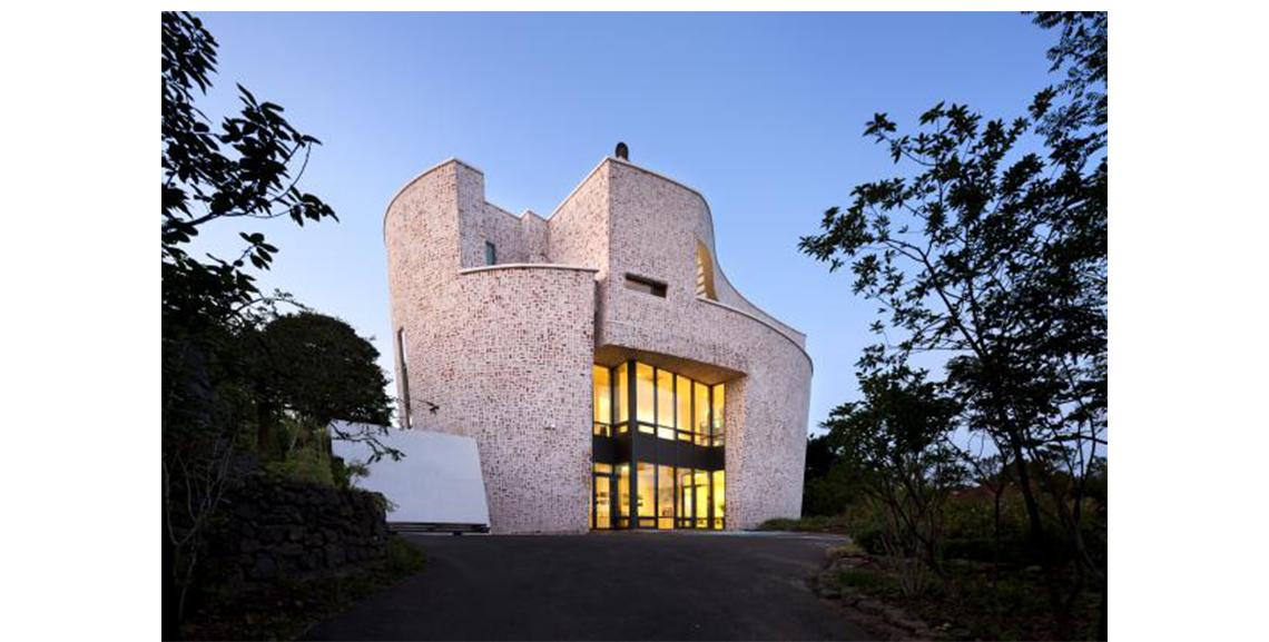 """精彩PPT展示:建筑与艺术,讲师介绍:达维斯.马库洛,瑞士知名建筑师,此次讲座将以""""Rossa实验室""""为例,讲述建筑与艺术的关系"""