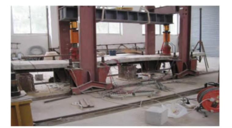 内翻U形高强外包钢-高强混凝土连续组合梁-试验现场