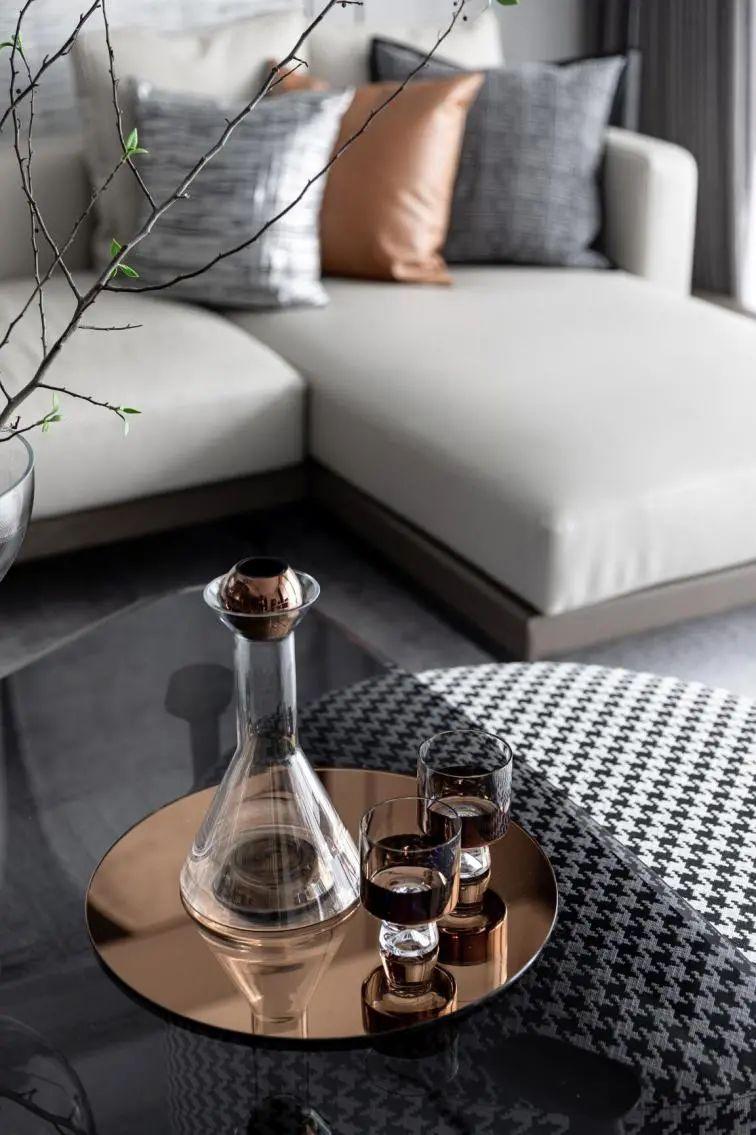 金属、大理石、皮革,精致自然的高品质空间_3