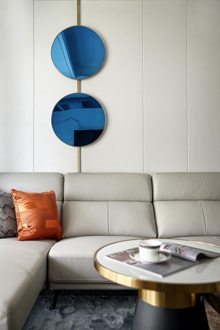现代轻奢风的居住空间室内实景图2