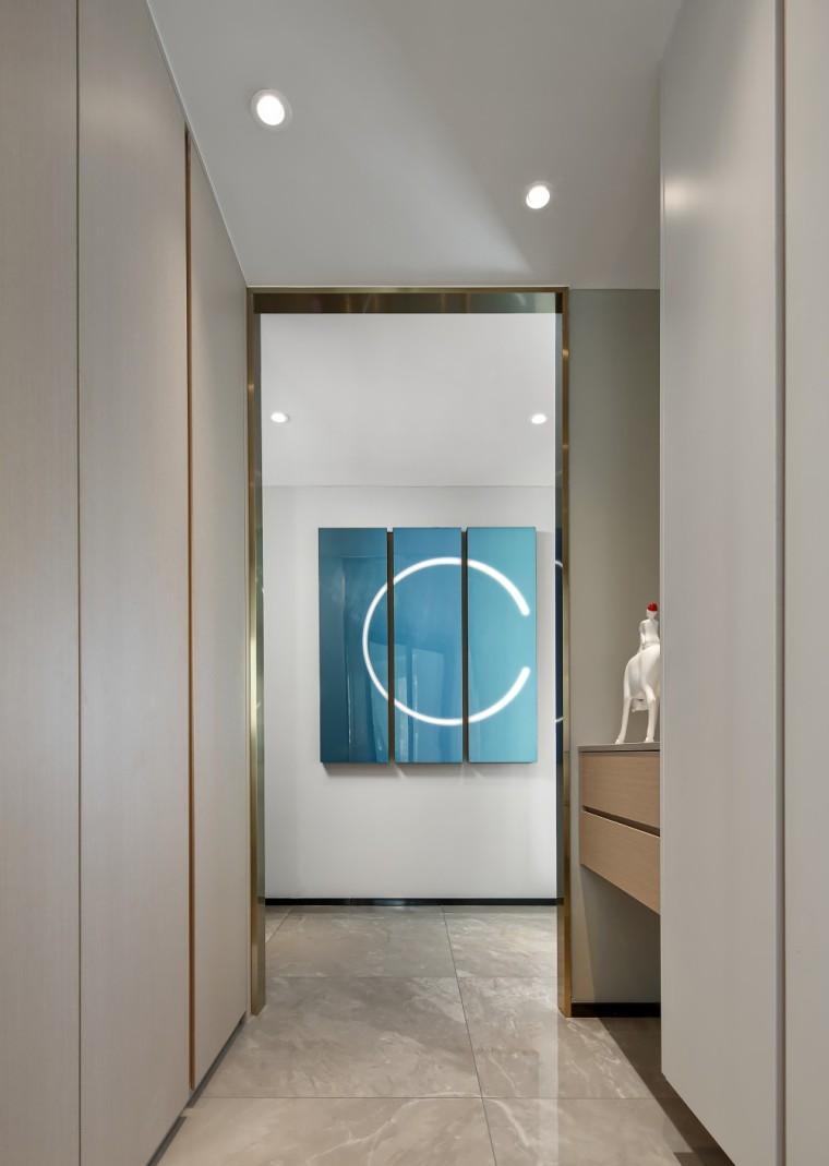 现代轻奢风的居住空间室内实景图3