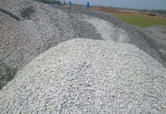 重交通沥青路面施工关键技术及体会-材料混堆