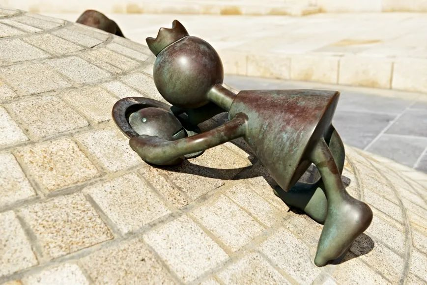他的雕塑受全世界�g迎,�s件件引人深思