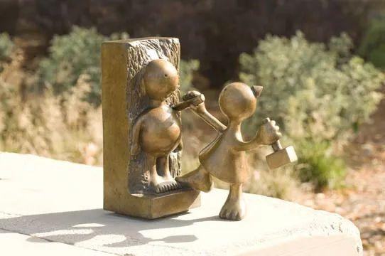 他设计的雕塑受全世界欢迎,却件件引人深思_54