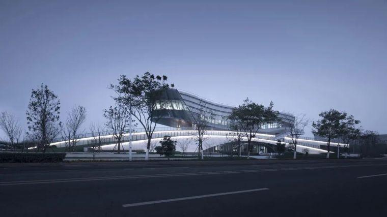 """""""漂浮""""在空中,一座充满未来科技感的建筑_5"""