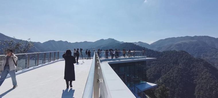 生长与对话:贵州龙塘精准扶贫设计实践-44 游客在屋顶远眺山景_调整大小.jpg