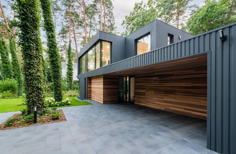 波兰融入森林的住宅_12