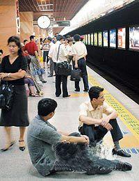 """广州:地铁一号线又出故障 中途""""断臂""""两小时"""