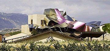 盖里在西班牙里奥哈设计了一座波浪状钛金属饭店