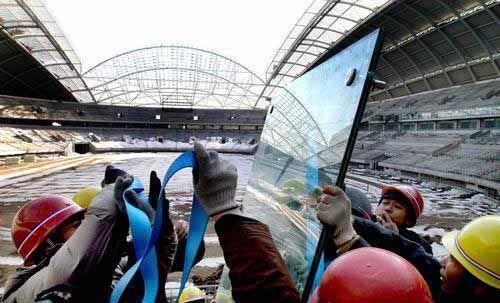 沈阳奥体中心装玻璃屋面 工作人员运送材料