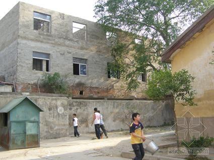 学校围墙外建起违章三层楼 学生安全难保障