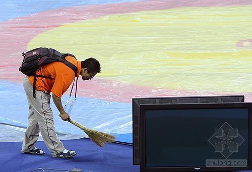 中国农业大学体育馆完工 志愿者打扫摔跤台