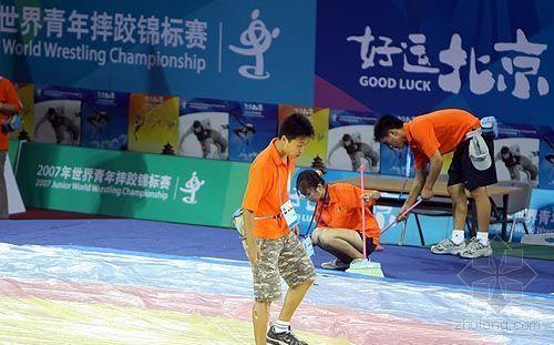 中国农业大学体育馆完工 志愿者检查摔跤台