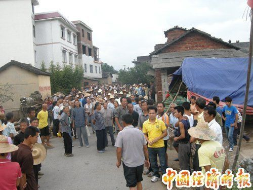 广西灌阳村民抵制建垃圾场 警方发催泪瓦斯抓人