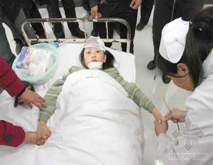 长春14小学生被彩钢板砸伤 疑施工安全问题