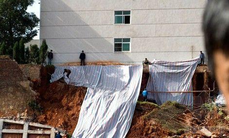 长沙一学校宿舍楼围墙凌晨倒塌 旁边有楼盘施工