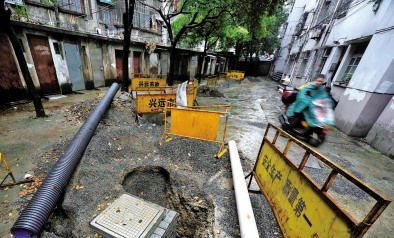 嘉兴:老小区改造道路挖开30米 工程一歇半个多月