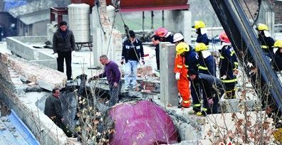 浴池储水罐砸塌楼顶一对母女身亡