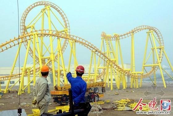 """天津""""凯旋王国""""主题乐园巨型过山车亮相"""