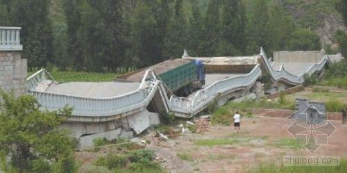 北京白河桥被压垮塌 桥面弯曲严重