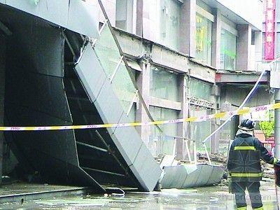 连降大雨 兴化市一招商楼30米廊道突然坍塌