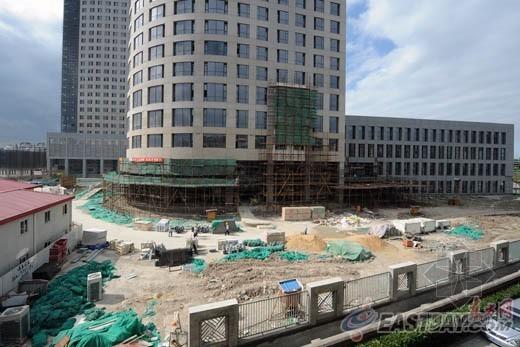 浦东医院工地开挖基坑 周边居民楼出现沉降