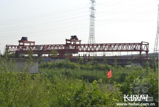 唐津高速扩建工程成功架设第一片梁