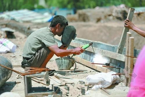 多数工地避开高温时段施工 防暑物品替代高温津贴