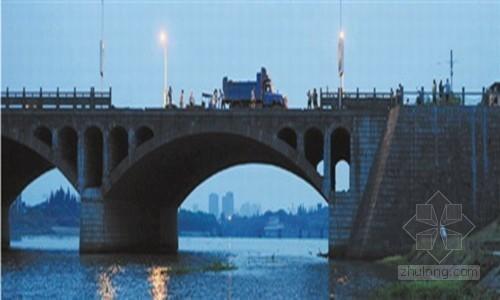 """浙江2000万东关大桥青石栏杆被吹倒称""""纸做的"""""""