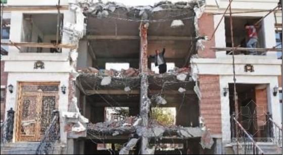 两座别墅之间建了三层违建近日被强拆